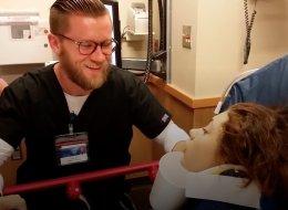 لا تدعهم يصورنك بعد إجراء عملية جراحية.. هكذا عبرت مريضة عن حبها للطبيب لا إرادياً