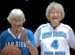أصغر لاعبة فيه عمرها 86 عاماً.. شاهد أكثر  فرق كرة السلة إدهاشاً!