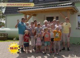 Moderator Claus Strunz besucht 13-köpfige Hartz-IV-Familie - und rät ihnen zum Umzug