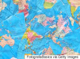 «H Γη είναι επίπεδη» και οπαδός της θεωρίας αποκαλύπτει την «παγκόσμια συνωμοσία» με δύο σκίτσα στην παραλία