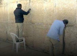 يوضع في شقوقه سنوياً مئات الأوراق.. كيف يتم تنظيف حائط البراق؟