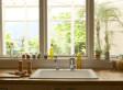 Eine Frau, die Angst vor Spinnen hat, schaut aus dem Küchenfenster - dann beginnt ihr Albtraum