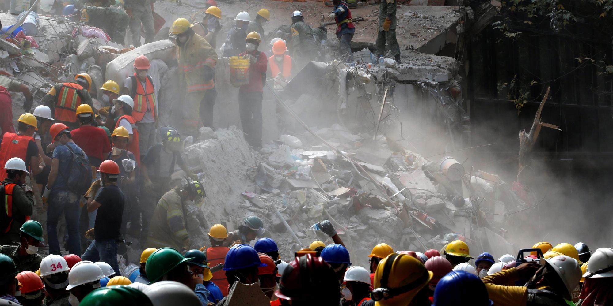 زلزال المكسيك دمر كل شيء ما عدا تمثال مريم العذراء فاعتبرها الآلاف معجزة.. شاهد بنفسك