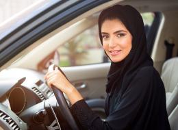 هل ستحرم العدسات اللاصقة النساء من القيادة؟ إليك الشروطُ التي أقرَّتها السعودية لمنحهن الرخصة
