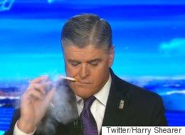 이 뉴스 호스트는 정말 방송 중에 전자 담배를 피웠을까?
