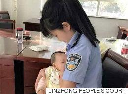 재판 중인 피고의 아기에게 젖을 먹인 중국 경찰관