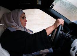 أمير سعودي يكشف سر تأخُّر بلاده في السماح للمرأة بقيادة السيارة.. وناشطات يطالبن بالتوقُّف عن المن