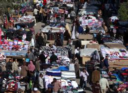 كسوتهم بثمن وجبة.. أغنياء مصر وفقراؤها يتشاركون في رحلة البحث عن ملابس أوروبا والخليج البالية