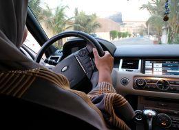 شاهد سعودياً يهدي زوجته سيارة هامر.. والنيابة تأمر بالقبض على آخر هدَّد بقتل مؤيِّدي قيادة المرأة
