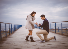 تقدم لخطبتها أثناء القبض عليه.. شاب يفاجئ حبيبته على طريقة الدراما التركية