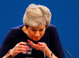 شاهِد: رئيسة وزراء بريطانيا تقطع كلمتها بسبب نوبة سعال.. وغضب من محتجٍّ أراد تسليمها خطاباً