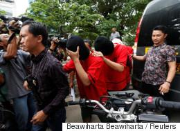 인도네시아 경찰이 '게이 사우나'를 급습해 남성 51명을 검거했다