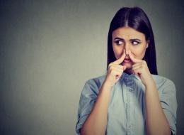 رائحة الفم الكريهة تأتي من المعدة ولا تزيلها المضمضة بالماء! معلومات خاطئة عليك أن تصححها