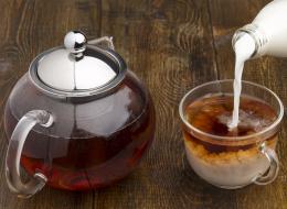 الشاي غنيٌّ بمضادات الأكسدة والحليب بالكالسيوم.. مزجهما يضر صحتك!