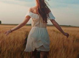 فيديو: رابونزيل الحقيقية ذات الشعر الأطول الذهبي تقدم لك نصائح للعناية بشعرك