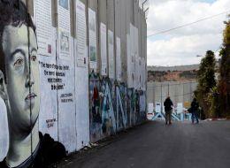 فنان أسترالي يُخيّب آمال الفلسطينيين بلوحاته على الجدار الفصل العنصري الذي بنته إسرائيل.. صور