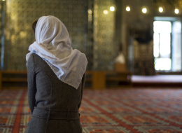 أراد محاربة الإسلاموفوبيا فوقع في خطأ كبير! فيلم بريطاني يُغضب مسلمين لما فعله بسيدة صوّرها على أنها مسلمة