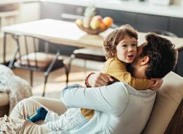 هل يعلم طفلك أنك تحبه؟ تعلَّم كيف تتحدث لغات الحب الـ5 مع أبنائك