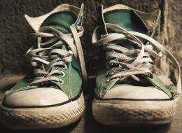 حيلة جديدة لتنظيف الحذاء الرياضي المتسخ! لماذا اعترضت شركة Converse عليها؟