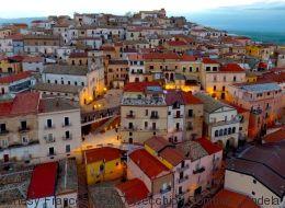 Ο δήμαρχος της Candela στη Νότια Ιταλία, μας πληρώνει για να γίνουμε μόνιμοι κάτοικοι της πόλης του