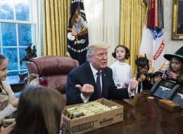 Όταν ο Trump συνάντησε παιδιά δημοσιογράφων για το Halloween, θεώρησε καλή ιδέα να σχολιάσει τα κιλά τους