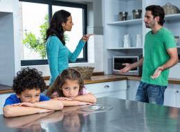 في سابقة من نوعها.. محكمة عربية تُلزم سيدة مطلَّقة بالإنفاق على أبنائها وهم في حضانة الأب
