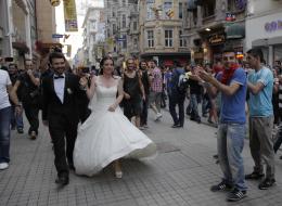 أطلقوا النار في ألمانيا احتفالاً بعرسهم.. هكذا كان ردُّ فعل الشرطة على هؤلاء الأتراك