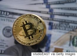 Πάνω από τα 7.000 δολάρια η αξία του Bitcoin: Πού οφείλεται το νέο ρεκόρ