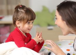 كيف تُوقِف طفلك عن مقاطعة حديثك؟ هكذا يتعلم أنه ليس مركز الكون