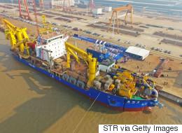 Το κινεζικό πλοίο που δημιουργεί νησιά