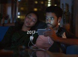 Ακόμα και οι σκληροπυρηνικοί φαν της Apple θα γελάσουν με τη νέα, καυστική διαφήμιση της Samsung