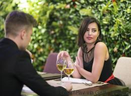 Το πρώτο ραντεβού τους τέλειωσε άδοξα όταν της αποκάλυψε τι ψήφισε στις εκλογές