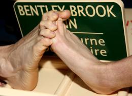 مصارعة أصابع القدم.. تقام منذ 40 عاماً ويسعى أصحابها لجعلها رياضة أولمبية