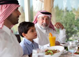 إخوة سعوديون يحتفلون بخروج والدهم من المستشفى على طريقتهم الخاصة.. ماذا فعلوا؟