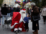 Deloitte: Μόλις 450 ευρώ ο προϋπολογισμός του Έλληνα καταναλωτή για τα Χριστούγεννα του 2017