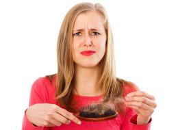 يزداد تساقط شعرك بعد الاستحمام وفي الفرشاة هذه الفترة؟ قطعاً هذا هو السبب