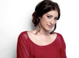 الممثلة التركية هازال كايا تحلق رأس والدتها.. والأم تنشر صورة على إنستغرام