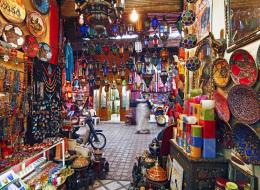على رأسها الجلباب والحُلي الفضية.. السياح ينفقون 530 مليون دولار في سنة واحدة على المنتجات التقليدية المغربية