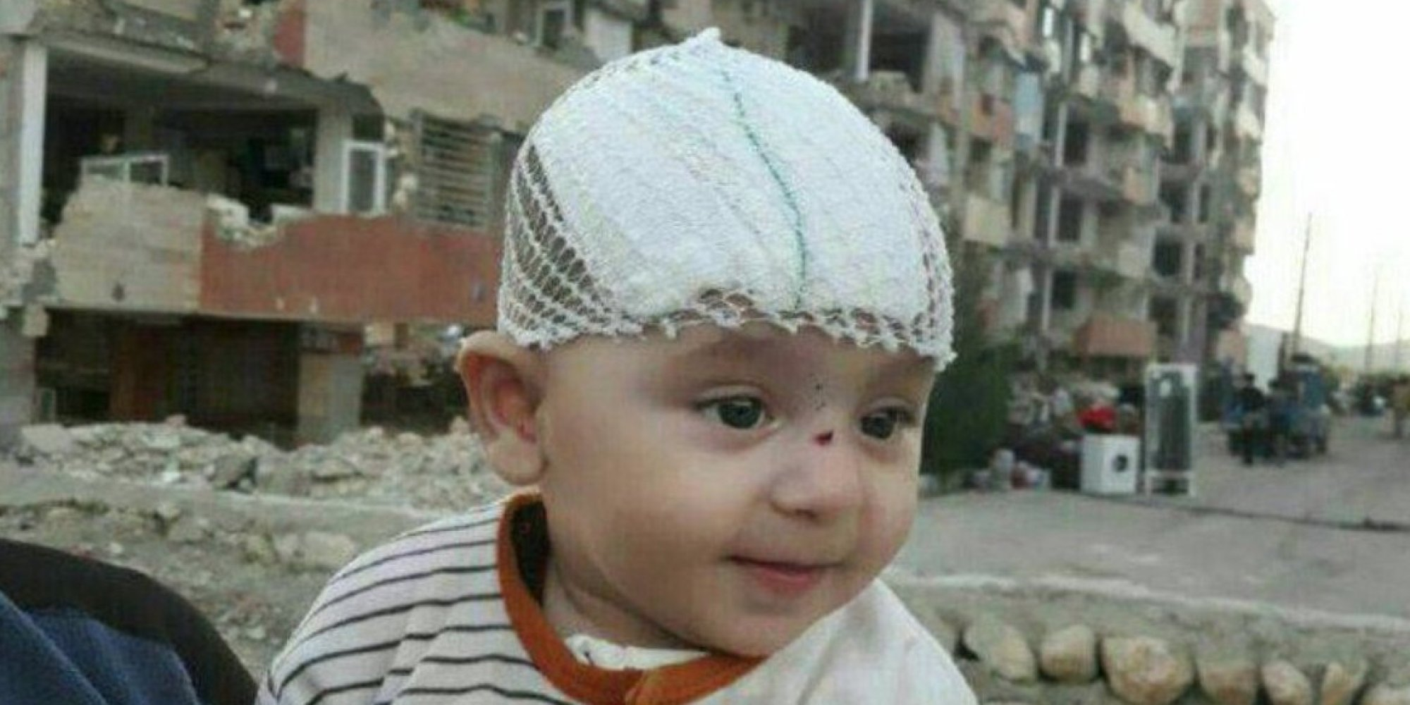 رضيع يقضي 3 أيام تحت أنقاض زلزال مدمر ويخرج حياً! قصة الطفل الذي وصف إيرانيون إنقاذه بـ معجزة إلهية