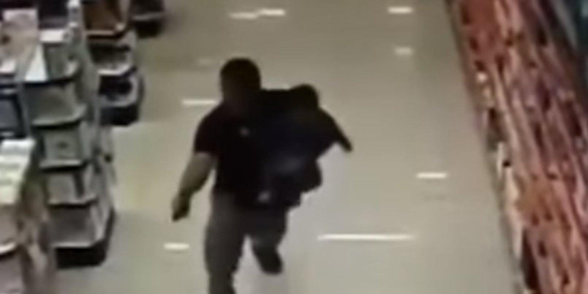 على طريقة أفلام جيمس بوند.. شرطي يُفشل عملية سطو داخل صيدلية وهو يحمل طفله على ذراعه !