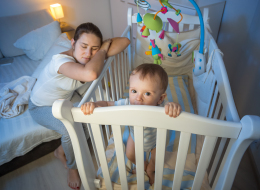 10 طرق تساعدك على جعل طفلك يخلد إلى النوم