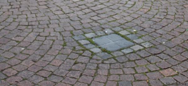 Mitten in Bremen liegt dieser unscheinbare Stein - er erinnert an ein bestialisches Verbrechen