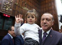 طفلة تقاطع أردوغان في خطاب رسمي أمام كتلته البرلمانية.. شاهد كيف أثارت ردة فعل الرئيس التركي ضحك الحاضرين
