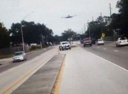 طيار مُسنّ يهبط فوق طريق مزدحم بالسيارات.. شاهد الموقف المرعب!