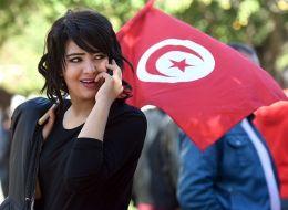 رغم كل الظروف.. لا يزال التونسي يحترم المرأة ويشتري لها الياسمين