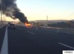 Ταξί πήρε φωτιά στη μέση της Αττικής Οδού (βίντεο)