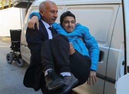 يا له من معلم نبيل.. أستاذ يحمل تلميذه المصاب بالشلل كل يوم إلى المدرسة