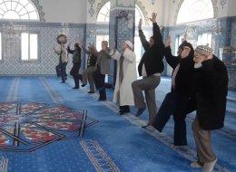 تمارين لياقة مقابل الصلوات الخمس.. طلاب أتراك يكافئون كبار السن في المساجد
