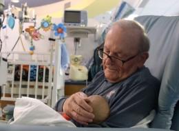 عجوز حنون يتطوع للاعتناء بالأطفال الرضَّع في وحدة العناية الفائقة