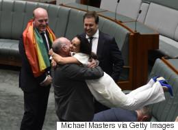 호주 반대 정당 의원들이 동성결혼 법제화 통과 후 서로를 끌어안았다